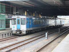 笹野観音拝観後、再び米沢駅に戻る。 米沢駅からは普通列車で山形駅へ。 山形駅で出発を待つ左沢線列車。