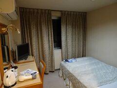 駅から徒歩20分強で本日の宿「ビジネスホテル阿波池田」。 シングル1泊4300円(素泊まり)。 古い感じの建物・部屋でした。