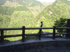 断崖絶壁に立つ小便小僧が見えました!