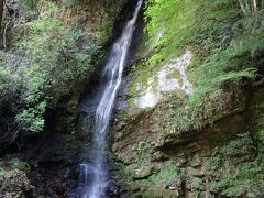 かずら橋を渡った先には「琵琶の滝」。 平家の落人達が都の生活をしのびながら滝の下で琵琶を奏でたことが由来だとか。