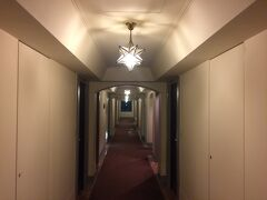 まずはホテルに荷物を預かってもらう。 重厚感ある室内(客室フロア)