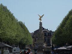ここは,ドルエ・デルロン広場 Place Drouet-d'Erlon というそうです。スベの泉 Fountaine Subé なるものもあります。