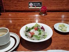 でも、私のお目当てはステーキ。銀座インズのB1の素敵庵。 サラダとポタージュスープ。漬物。 いつも真紅のバラが一輪 コップに生けてあります。