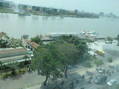 フェリー乗り場が近い。 サイゴン川のお仕事船やフェリーの往来が楽しくて眺めていました。 道路はバイクが多いです。