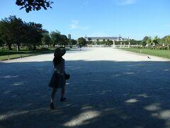 メトロを乗り継ぎ、チュイルリー公園を横切ります。