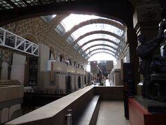 目的地は、オルセー美術館。 もともと駅舎だった建物を改築して美術館にしたとか。面影があります。
