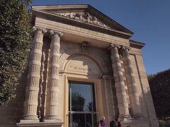 続いて、セーヌ川の対岸にあるオランジュリー美術館へ。 こちらは、コンパクトな美術館です。