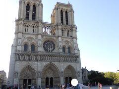 荷物を次のホテルに移動してから、ノートルダム寺院にやってきました。 パリで最も美しいといわれる、200年かけて作られた教会です。