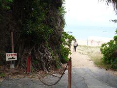 お昼ごはんです。 海を見ながらご飯を食べたいと思い、新原ビーチにある食堂かりかにやってきました。