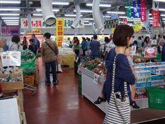 うまんちゅ市場は地元の人で大混雑。 何も買わずに退散。