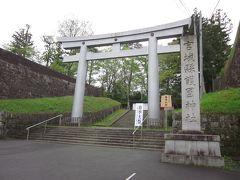 6番目バス停「仙台城跡」で下車。  ここからだと仙台城本丸まではすぐそこで便利です。 見聞館や青葉城資料展示館も近くです。