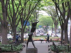 歩く人もまばらなんですね~、 遊歩道の真ん中に佇むブロンズ像は著名な方の作品なんでしょうね!。  端まで来ました~、道路を渡って一番町のアーケードへ向います。