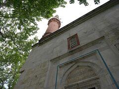 イェシル地区に到着です! ここには、「イェシル・ジャーミィ」(モスク)と「イェシル・テュルベ」(霊廟)があります。  日本語が堪能なトルコ人ガイドさんに遭遇し(その日は中国人ツアーに同行)、しばし立ち話をした後、まずは「イェシル・ジャーミィ」を見学しました。