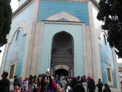イェシル・ジャーミィの反対側が「イェシル・テュルベ」  青色のタイルで覆われた外壁が目を引きます。陶器の街として有名なキュタフヤ産のタイルが使われています。