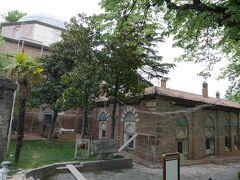 イェシル・ジャーミィの隣には、メドレセ(神学校)があり、現在はトルコ・イスラーム美術博物館となっているのですが、残念ながら修復中でした。(冒頭で会った日本語が堪能なトルコ人ガイドさんが教えてくれました。)
