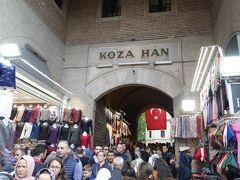 市場には幾つかハーン(隊商宿)が残っています。その一つ、コザ・ハンをのぞいてみましょう。