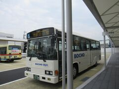 普段だったら自家用車で新山口駅まで来て、新幹線口側にある有料駐車場(穴場は1日300円~500円で駐車可能)に停めるところですが、今回はバスで移動。 在来線口側に到着です。