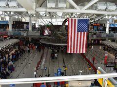 ほどなくしてJFK空港に着陸。 前回同様、混雑空港のためターミナルまでは20分くらいかかりました。  その後入国審査へ。 今回もKIOSK端末で必要な処理を済ませて審査官のチェックを受けるんですが・・・。 まず自分の数人前に並んでいた中国人の方が全然英語も分からないようで、全くやりとりが出来ず、列がそこでストップ。 自分の数人後ろの人からは別の列に移動されていたんですが、自分とその前後数人はしばらくそこで待たされます。 そのうち中国語の出来る人がいないかと言われ、自分の目の前の人が「あなた中国人?」と言ってきたので、「No,I'm Japanese」と返答。 アジア系の人はやっぱり同じように見えますよね。  その人たちは中国語の出来る通訳さんが来てようやく終了。 今度は自分の番。 ところが、今回3回目の入国審査はかなり違っていて、前回までならほぼ何も聞かれずに通過していたものの、今回は目的や滞在日数を聞かれ、ここまでは無事にやりとり出来たんですが、その後聞かれたことが最初は聞き取れず、パニックに。 再度聞き返して分かったのは、最初にアメリカに訪れたのはいつか、という内容。 最初のアメリカ訪問は2011年だったんですが、この時はパニックになっていたので、思い出せたのがなぜか2年前のニューヨークのことだけ。 ということでそれを話したところ、やれやれ、という顔をしながらもOKと言って通してくれました。 アメリカは政権が代わって以来、入国が厳しくなったという話を聞いていましたが、本当にそんな感じでした。 といっても、これで通してくれるんですから、まだ日本人にはやさしいんでしょうが。