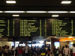 あっという間にブリュッセル南駅に到着。  いったい海底トンネルはいつ通ったのか???という感じです。車内で放送してくれるサービスがあればいいのに・・・  ブリュッセル旅行の目的は勿論グランプラスです。グランプラスの最寄り駅はブリュッセル中央駅なので、乗り換えをしなくてはなりません。これが心配で・・・  心配その1:ユーロスターのチケットでそのまま中央駅まで行けるのか 心配その2:間違えずに中央駅に停まる電車に乗れるのか