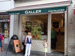 まずは、チョコレート店Galler 。王室御用達です。  店内は混雑していませんでしたが、お客さんが途絶えません。  店員さんは感じが良く、丁寧に接客してくれます。試食も進めてくれました。