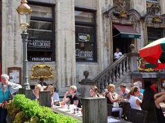 広場に面したベルギー料理の店、ケルデルクにしました。  どのガイドブックにも載っていると思われる有名店です。13時頃だったので、1人だし混んでいて断られたら困るな、と思っていたら・・・
