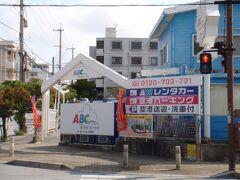 沖縄のレンタカーはイオン小禄の中にあったパラダイスレンタカーを愛用していたのですが、イオン那覇店は3月いっぱいで閉店していました。 那覇空港のレンタカー送迎バスの混雑が嫌で、さっさとゆいレールで移動して待ち時間なしで手続きできるのでよく利用していたのでショック! 今回は県庁前からの移動となるので、空港まで戻らなくても良いABCレンタカーをチョイスしました。