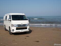 朝、金沢を出発して最初に向かったのは、千里浜なぎさドライブウェイ。日本で唯一、世界でも3ヶ所しかない砂浜を走れるドライブウェイ。たくさんの人たちが、車を止めて、撮影をしていました。  地面は固く、とても走りやすい砂浜でした。潮風にあたるので、後で下回りを洗わなければ・・・