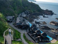 聖域の岬には空中展望台があり、そこから能登半島最先端にある「ランプの宿」見下ろせます。