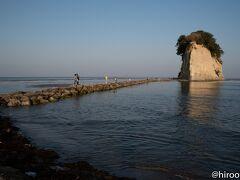 能登半島先端を過ぎ、東岸に回り込んで、見附島に到着。 弘法大師が能登に渡った際に最初に見つけたことが島の由来。