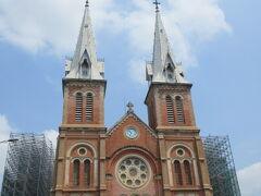 タンディン教会からタクシーでサイゴン大教会へ。  カトリックの教会。  ヨーロッパの方がいいな、観光客は大陸の人ばかりだし・・