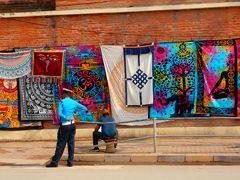 王宮博物館の塀に展示されている布。どんな場面で使うんでしょうかね?。