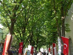 トプハーネ公園に入ります。ここには展望台やカフェもあるので、たくさんの人で賑わっています。