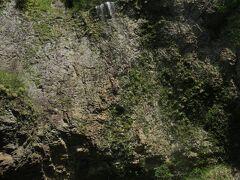 すごい!絶壁から落ちる水の迫力は、さきほどのニセモノとは比べ物になりません(^-^;  あまりの凄さにしばらくの間、ほぼ垂直に落ちる滝を見上げていました。