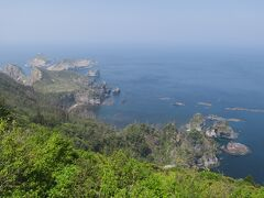 島の北端にある【白島海岸】です。とても高い場所から見下ろす岩礁は迫力があります。