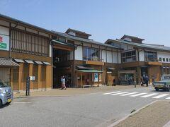港には観光協会・お土産・食事処を備えた施設【キンニャモニャセンター】があります。新しい施設です。