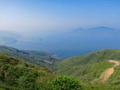山頂からは海のカルデラの絶景です。これはすごい!!  まるで大きな摩周湖のようです。カムイッシュ島と同じような形をした島が海に浮かんでいます。 いまでは島前は3つの島ですが、かつては陸続きだったところに海水面上昇によりカルデラとなった歴史があります。 いくらでも見ていられます。こんな絶景が日本の離島にあったとは驚きです。