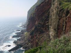 これもすごい景色です。赤い断崖絶壁は迫力満点です。柵は無く足がすくんでしまうほどの高さです。