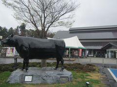 【道の駅いいで 9:43頃】  続いて飯豊町にある道の駅『いいで』へ。 畜産が盛んな地域で、地元のブランド牛『飯豊牛』の銅像がお出迎え。 物産コーナーは県内のお土産品や地元産山菜や野菜などが 数多く並んでおり、見てるだけでもワクワクします。