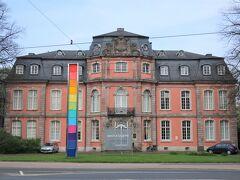 Goethe Museum / Schloss Jägerhof(ゲーテ博物館 / イエーガーホーフ城)  ホーフガルテンの並木道を抜けると、ゲーテ博物館があります。「ファウスト」の直筆原稿などが展示されています。