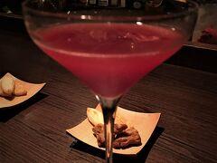 【Bar Rocking chair /食後酒】 http://bar-rockingchair.jp/ 下京区 御幸町(ごこうまち)通 仏光寺下る 橘町434-2  悠佑と京都に来たら必ず立ち寄るバー。MKタクシーの運転手も場所を知っていた。  まずはジャック・ローズを注文。即座に,ザクロは冷凍ものしかありませんが,と返ってくるのは流石。(ザクロの)グレナデン・シロップが用いられることが多い。