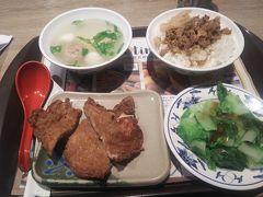 台湾到着1食目 新光三越のフードコート 台湾料理の店「味香」です。 ここのパイコー定食を食べると、「あ、台湾に居るんだ」と自覚します。