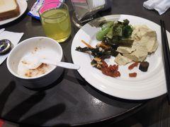 懐寧旅店の朝食です おかゆかトーストの選択です。おかゆに牛肉のでんぶをいれました。