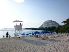 夕食までの時間、ビーチに繰り出してみる事に。青いパラソルと白い砂浜が続く万座ビーチ。夕方でも、まだまだ楽しく過ごす人達で賑わっています。