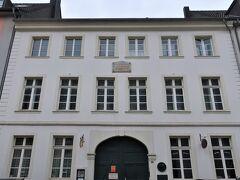 Schumannhaus Düsseldorf(シューマンの家跡)  実は、ここデュッセルドルフにはシューマン夫妻が最後に住んだ家跡があります。 今では普通のアパートになっていますが、建物にはプレートが残っています。