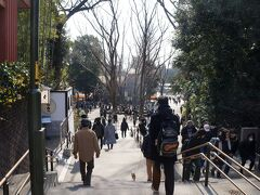 井の頭公園は、大道芸人たちを始め大勢の人たちで賑わっています。