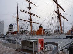 天気は曇り空、ランドマークタワーの前には日本丸の帆船が。