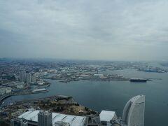 朝食はホテル高層階にあるレストランでのビュッフェ。運良く窓側の席で遠くに東京の街並みが見えます。