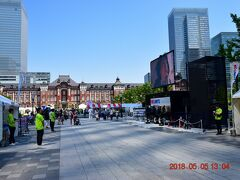 長くやっていた工事が終了してようやく全貌が現れた東京駅丸の内側広場。