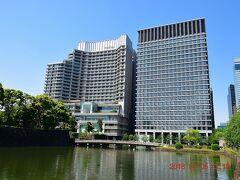 皇居和田倉濠と写真左側はパレスホテル(https://www.palacehoteltokyo.com/)  右側は日本生命丸の内ガーデンタワー。