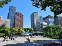 和田倉噴水公園から見た東京駅方面。  東京駅から徒歩圏内で行けて、駅周辺の近代的なビル群を眺められる公園です。